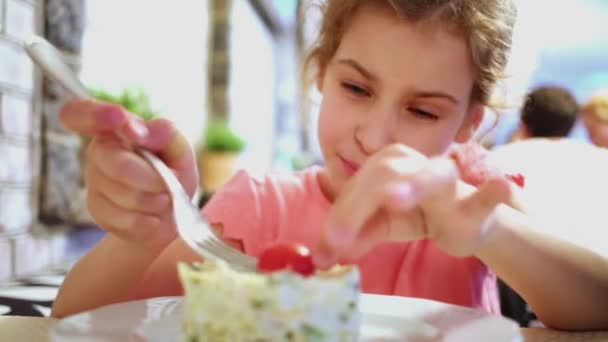 Девушка кушает видео фото 7-46
