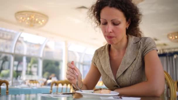 Девушка кушает видео фото 626-295