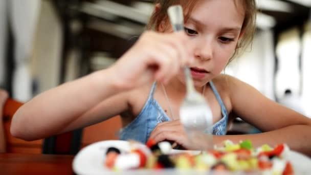 Девушка кушает видео фото 7-737