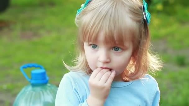 Девочка сосет под одеялом на видео фото 290-915