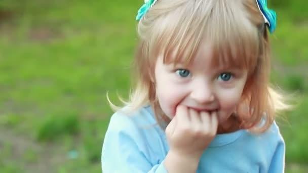 Девочка сосет под одеялом на видео фото 290-423