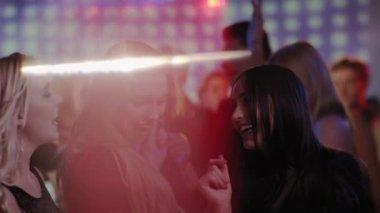 девушки танцующие на танцполе видео