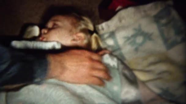 девочка сосет под одеялом на видео