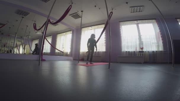 Gyerek csinál a bemelegítő boka gyakorlatok a tánc osztály
