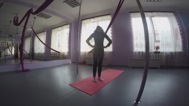 Gyerek csinál a bemelegítő nyak gyakorlatok dance osztály