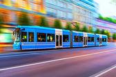 Moderní tramvají na ulici ve Stockholmu, Švédsko