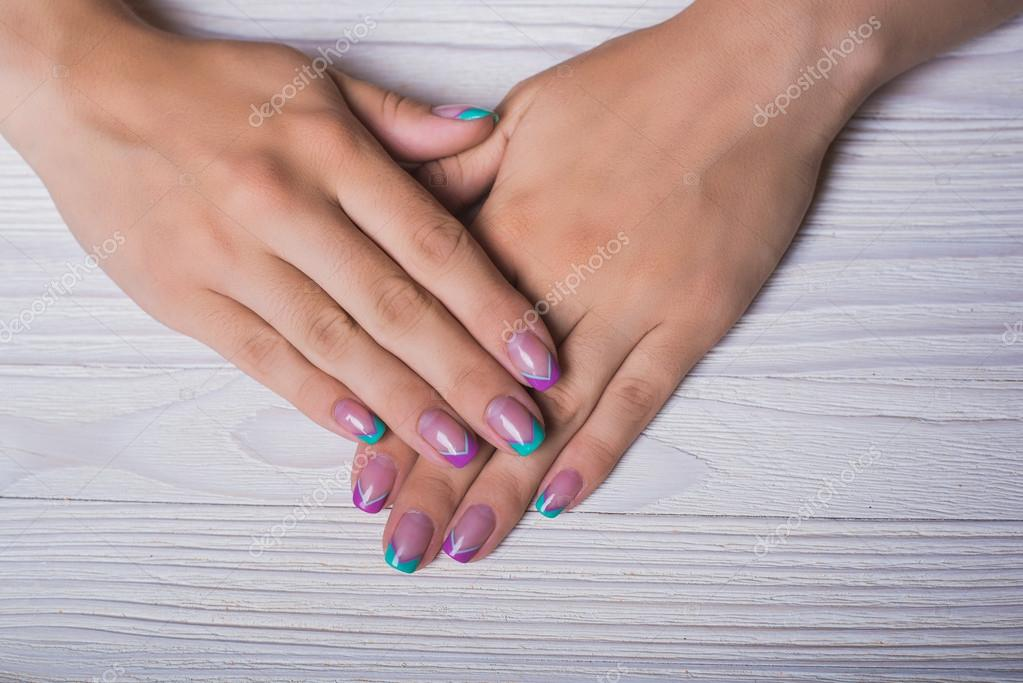French Nageldesign Mit Minze Und Violetten Linien Stockfoto