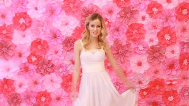 Krásná nevěsta letí kolem v její svatební šaty