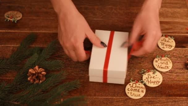 Detail ženy, vázání luk na vánoční dárek