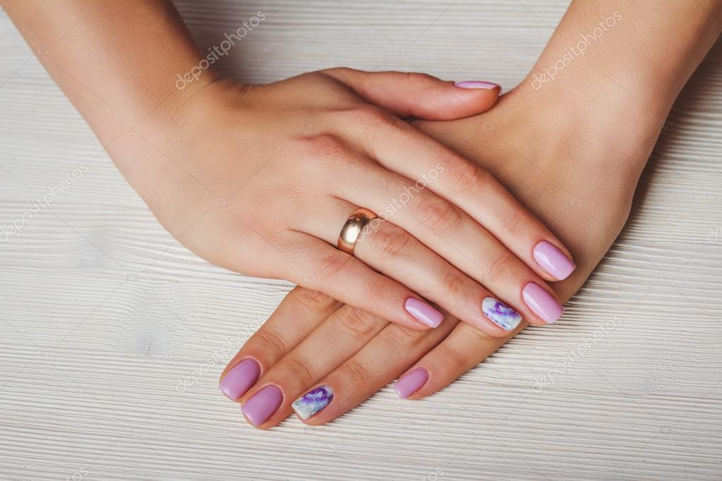 Lilac Nail Art With Printed Flowers On Light Background Stockfoto