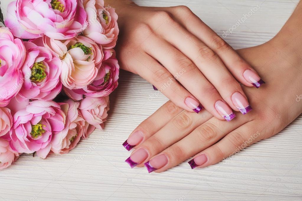 Arte de uñas francés en color púrpura — Foto de stock ...