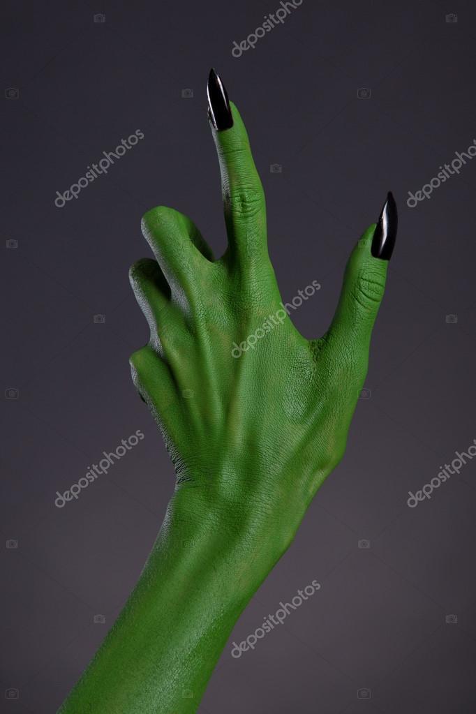 Mano de bruja verde con afiladas uñas negras — Fotos de Stock ...