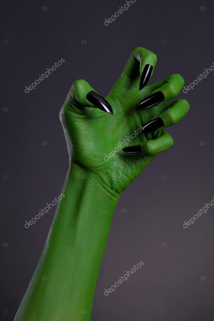 Mano de bruja verde con afiladas uñas negras, arte de cuerpo real ...