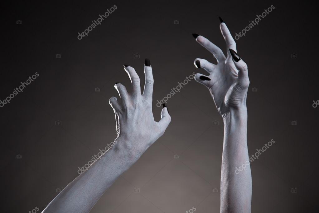 Manos De Halloween Blancos Con Uñas Negras Foto De Stock