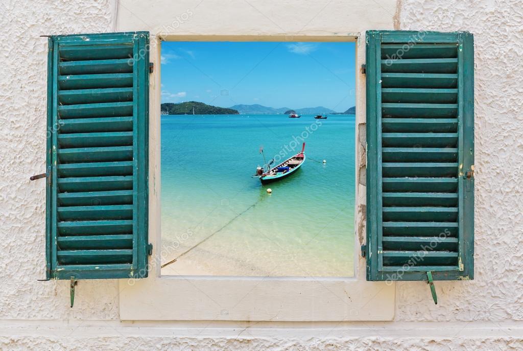 Blick aus dem fenster meer  auf das Meer durch offene Fenster — Stockfoto #101464040