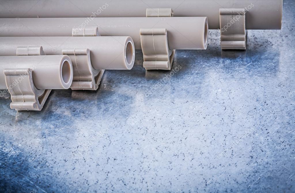 Kunststoff Wasser Rohre Und Rohrschellen Stockfoto C Mihalec