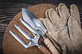 rukavice na dřevěné desce