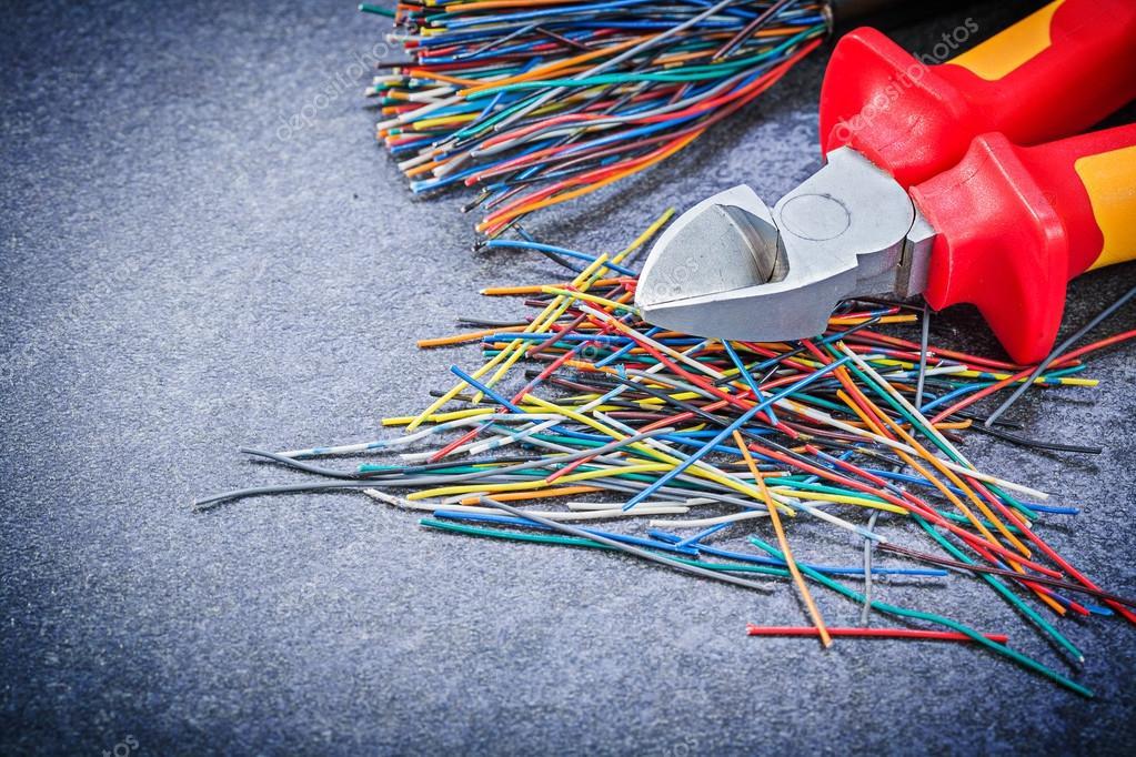 Buntes elektrische Kabel Draht Cutter auf schwarzem Hintergrund ele ...