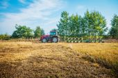 Fotografie traktor orat pole