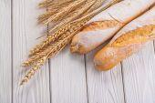Dvou bagety, uši pšenice a žita
