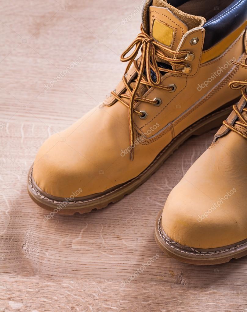 42fe424563b Παρόμοιες royalty-free εικόνες: Εργασίας μπότες σε ξύλινη σανίδα.  Φωτογραφία Αρχείου