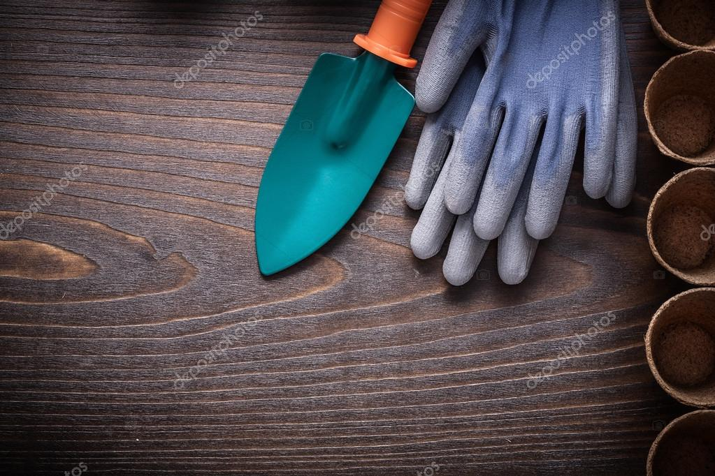 hand spade with protective gloves