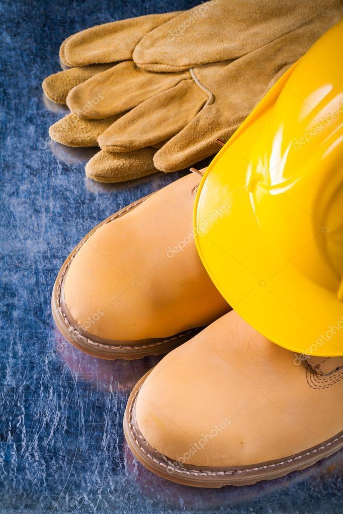 aebbc914a76 Αδιάβροχες μπότες, γάντια και το κράνος εργασίας — Φωτογραφία ...