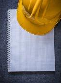 Fotografie Notebook a stavební helma