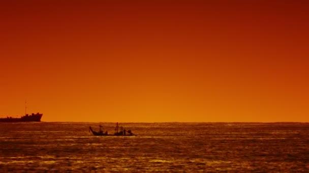 Grote Houten Boot.Grote Schip En Kleine Houten Boot In De Zee Bij Zonsondergang