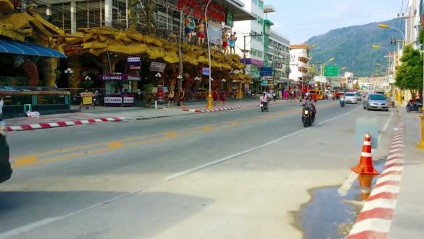 Patong. Phuket. Thailand - Circa November 2014: Leichte Verkehr auf der Straße zwischen Banzaan öffentlichen Markt und das Muay-Thai-Boxen-Stadion in Patong. Phuket. Thailand. Asien