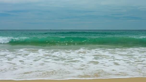 Surfovat na tropická písčitá pobřeží