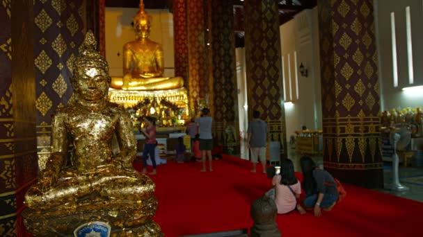 Ayuthaya. Thaiföld-Circa február 2015: kínálata aranylevél csillogás és flutter egy könnyű szellő egy Buddha szobrot Wat Phra Meru a Ayutthaya történeti Park Thaiföldön.
