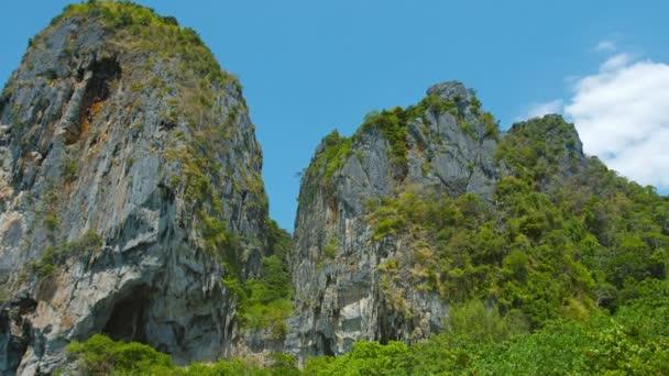 Hatalmas mészkő Crags szemben egy merész kék ég