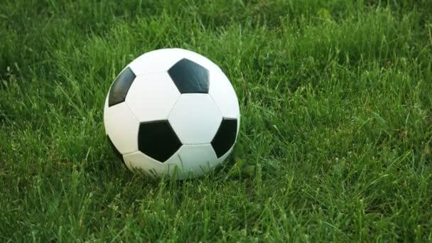 Closeup z fotbalu odpočívajícím v trávě