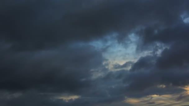 Tma. zlověstné bouřkové mraky, zdá se, bojovat proti obloze, jak se zavlnily a nechat se unášet ve větru. v timelapse