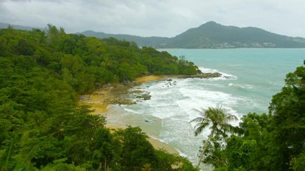 1080p video - laem énekelni beach, phuket sziget, Thaiföld. felülnézet. esős évszak