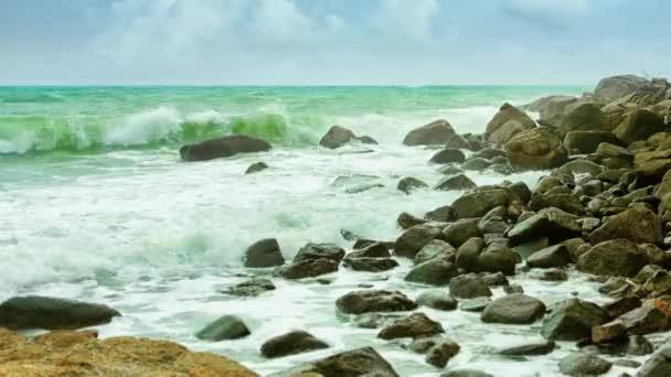 videóinak 1080p - sziklás partján, egy trópusi tenger felhős időjárás. nagy hullámok