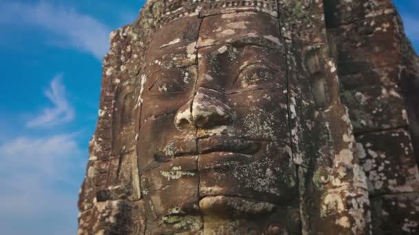 Obří kamenné tváře vytesané z kamene v chrámu Bayon. Kambodža