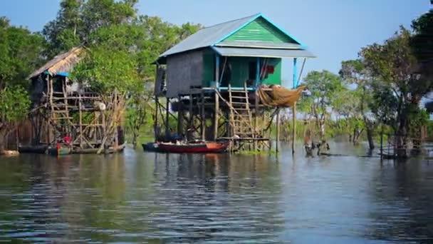 Řeka domy na kůlech v Kambodži