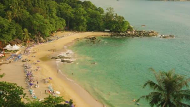 Pláž Laem Sing. Ostrov Phuket. Thajsko. Pohled shora