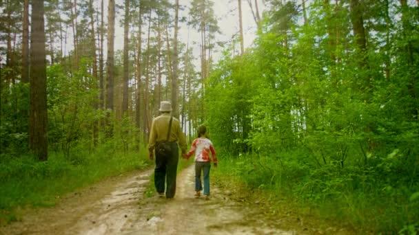 Znalezione obrazy dla zapytania dziadek na spacerze z wnuczkÄ…