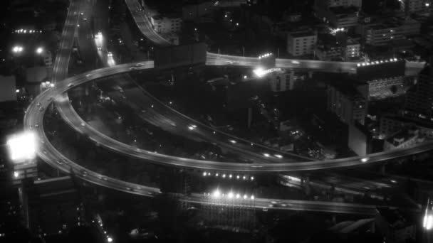 Noční provoz světla na dálnici v Bangkoku v černé a bílé