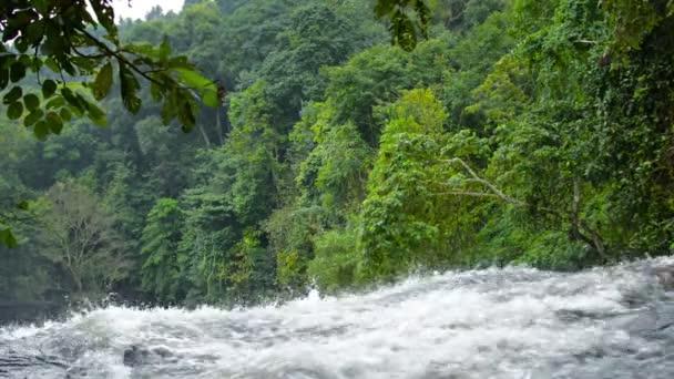 Zuřící horský potok kaskády nad přírodním vodopádem. se zvukem