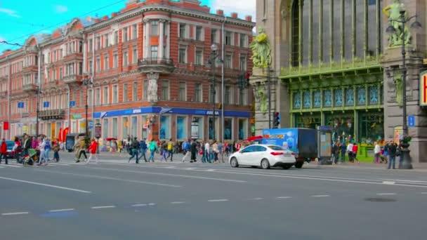 Szentpétervár. Oroszország-Circa Jun 2014: a forgalom a Nevsky Prospect