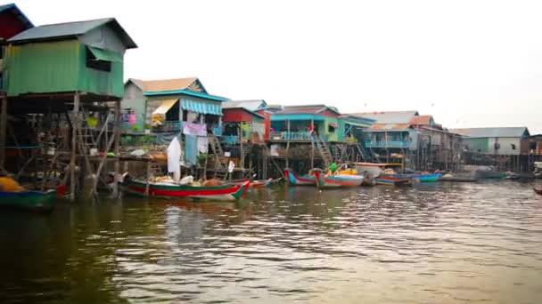 Tonle SAP Lake. Kambodža-circa dec 2013: celá vesnice v Kambodži postavená na kůtech přímo ve vodě řeky. Mnoho barevných. ručně vyráběné čluny poskytují místní dopravu.