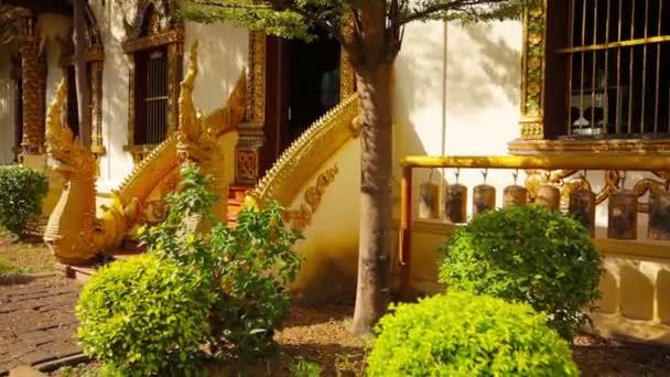 Chiang Mai buddhista templom bejáratánál. Thaiföld