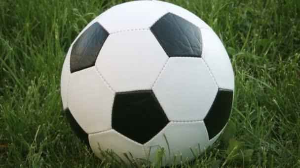 Extrém Vértes labdarúgó pihen a fűben