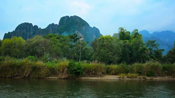 Posouvání Shot z řeky Nam Song v Laosu