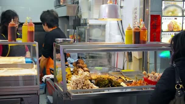 Hongkongi. Kína-Circa január 2015: A vevő böngészni a megjelenő élelmiszerek helyi étkező standján a belvárosban Hong Kong