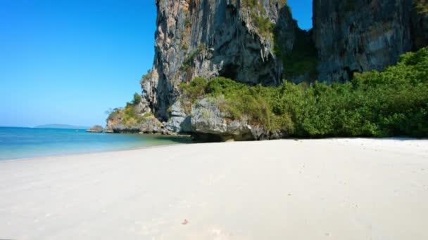 Mészkő Seacliffs. Emelkedik a Tropical Beach